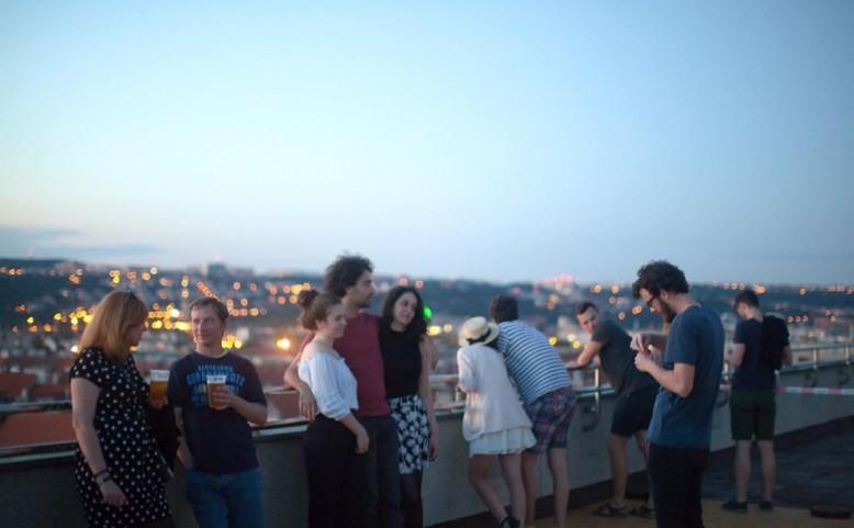 Letní retrokino na střeše Veletržního paláce a v zahradě AVU