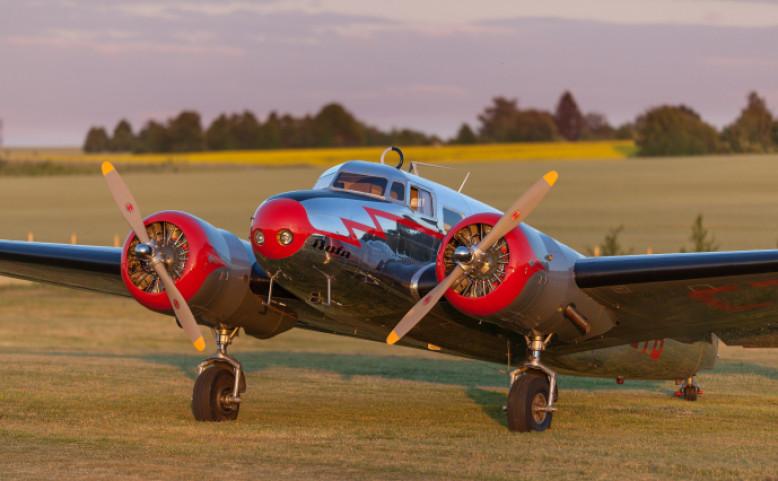 Den otevřených dveří hangáru s historickými letadly