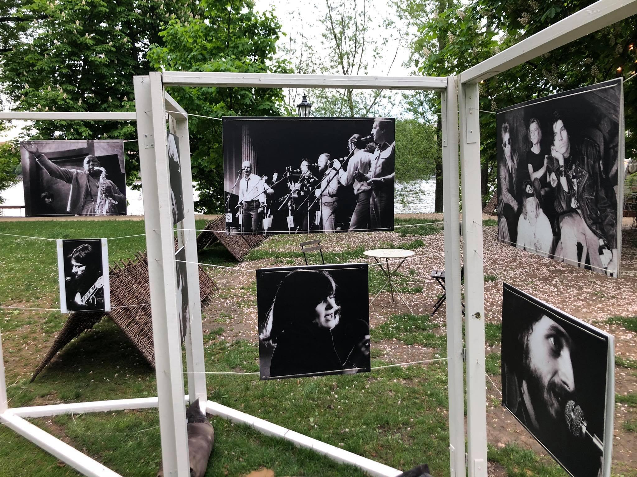 Výstava fotografií z akcí v Malostranské besedě