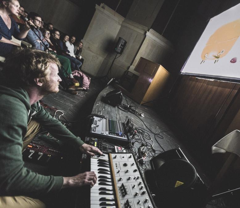 Chuchel + DVA (Hraní počítačové hry s živým hudebním doprovodem)