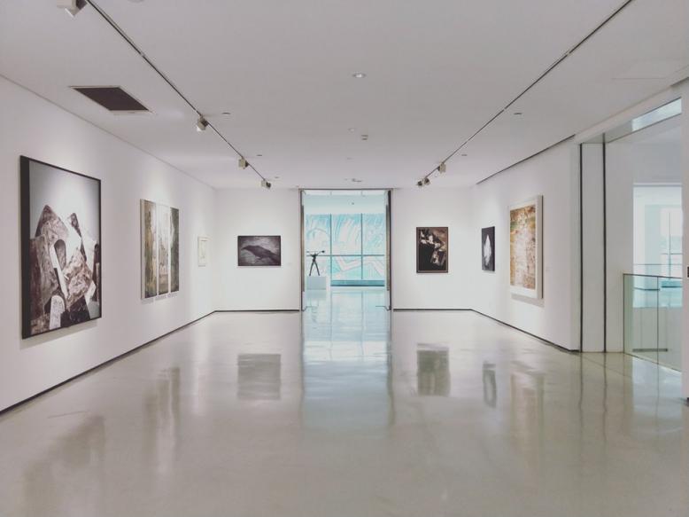 Výstava kreseb a maleb studentů AVU v České filharmonii